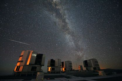 800px-The_2010_Perseids_over_the_VLT